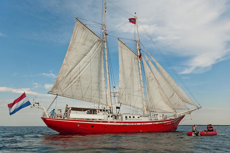 Schlank geschnittenes Segelschiff